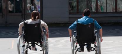 Deux personnes dans des fauteuils roulants lors de la journée de sensibilisation au handicap à l'université